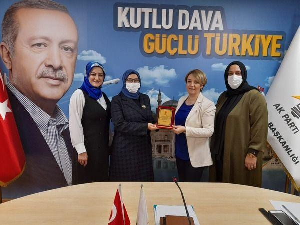 AK Partinin başarılı kadın başkanlarına plaket!