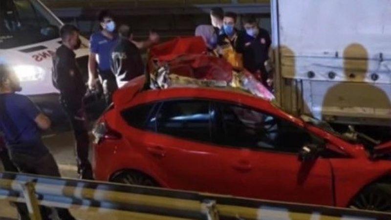 TIR'a çarpıp paramparça olan otomobilden cansız bedeni çıkarıldı