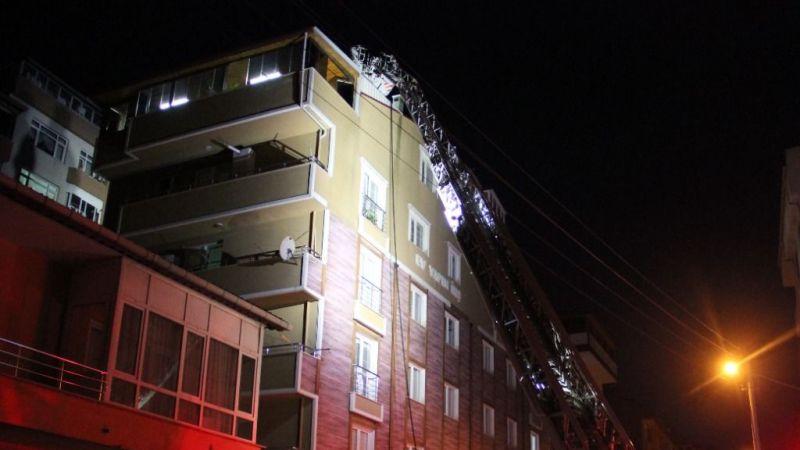 Çatılarında çıkan yangını balkondan izlediler