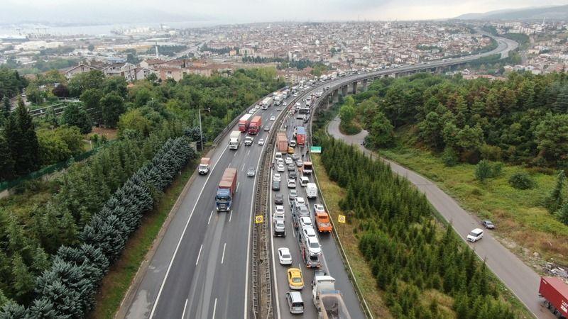 TEM'de 9 araç birbirine girdi! İstanbul istikameti trafiğe kapandı