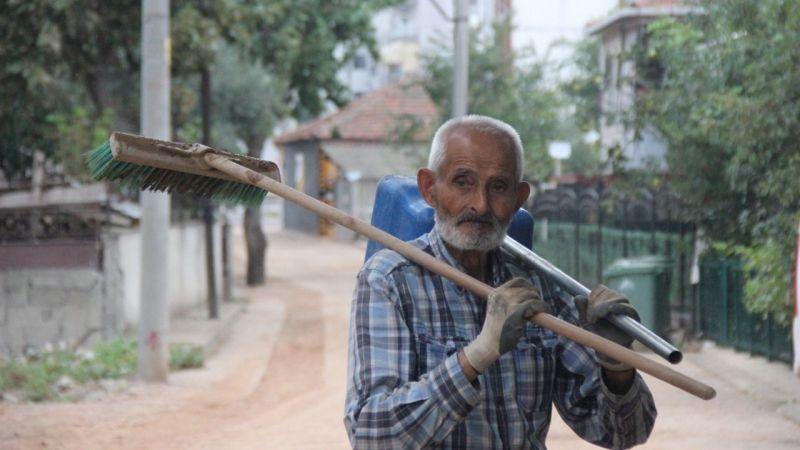 87 yaşındaki Kurban Mutlu, eline aldığı süpürge ile her yeri temizliyor