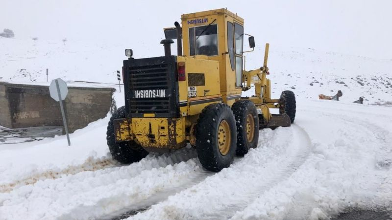 Urfa'nın ilçesinde kar yolları kapattı!