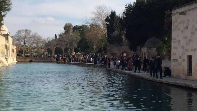 Vatandaşlar Urfa'nın turistik yerlerine akın etti!