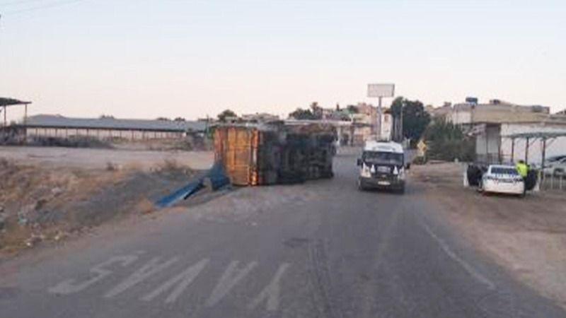 Urfa'da virajı almayan kamyon devrildi!