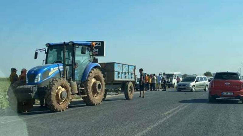 Ölüm yolunda traktör ve otomobil çarpıştı