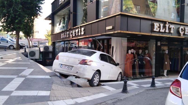 Urfa'da kontrolden çıkan otomobil mağazaya daldı!