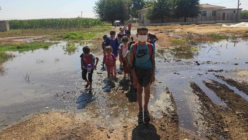 Okul yolu değil, bataklık! Çocuklar kucakta taşınıyor!