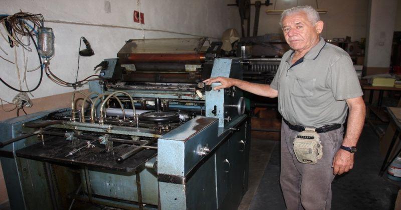 Kendisinden yaşça büyük makinelerle baskıya devam ediyor