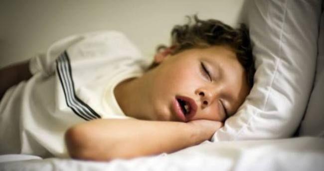 Ağzı açık uyuyan çocukların ailelerine uyarı