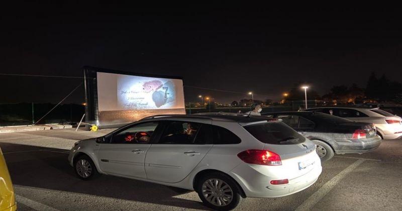 Filmi araçtan izlediler, alkış yerine korna çaldılar