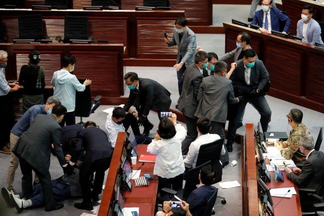 Çin'de demokrasi yanlısı milletvekilleri, Pekin'i protesto ediyor
