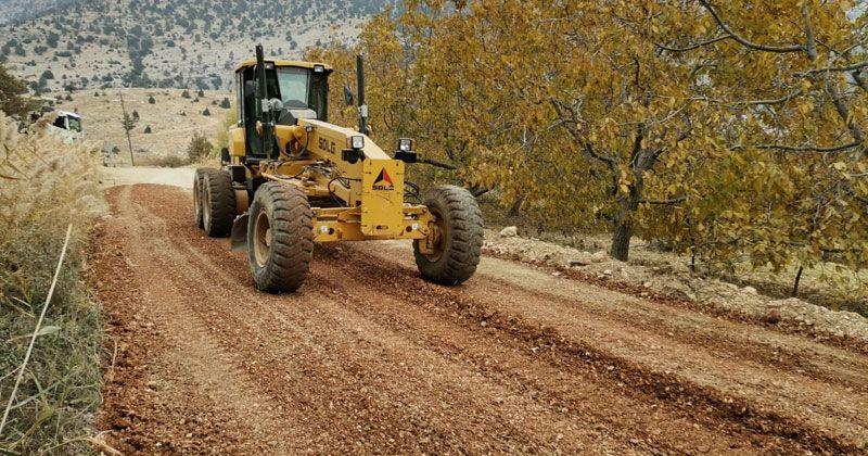 Mut'ta mahalleleri bağlayan yollar onarılıyor