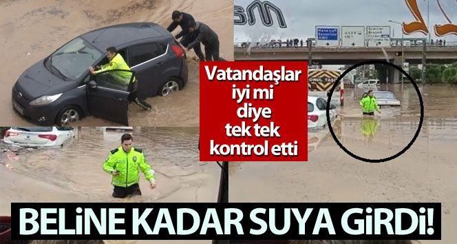 İzmir'de polis beline kadar suya girdi, herkesin takdirini topladı