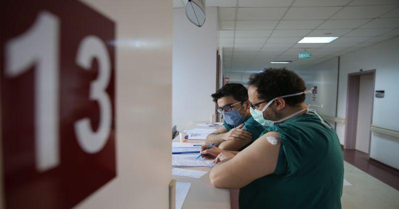 Antalya, Muğla, Isparta ve Burdur'da sağlık çalışanlarına CoronaVac aşısının ikinci dozu yapılmaya başlandı