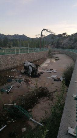 Konya'da Kanala Düşen Kamyonetteki 4 Kişi Yaralandı