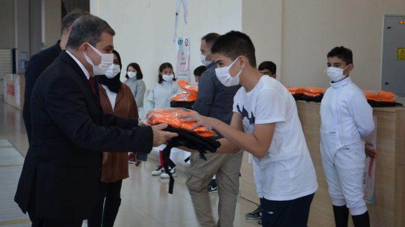 Karaman'da sporculara çanta ve eşofman dağıtıldı