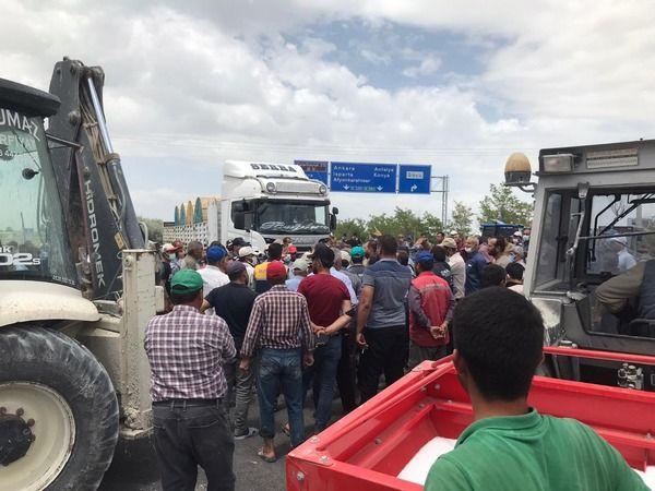 Çiftçiler Konya - Ereğli kara yolunu trafiğe kapattı