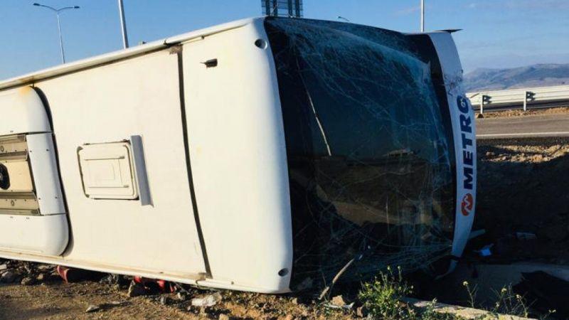 Lastiğipatlayan yolcu otobüsü devrildi: 3 yaralı