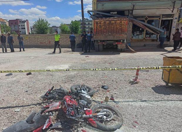 Freni patlayan kamyon, 3 aracı ve 1 motosikleti ezip dükkana girdi