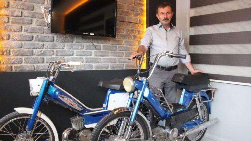Çocukluk zamanının motosikletlerini iş yerinde baş tacı yaptı