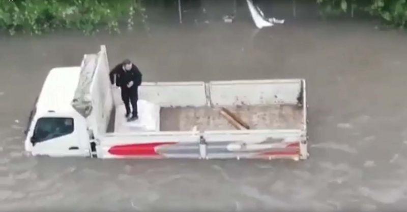 Ankara'da rüzgar ve sağanak etkili oldu; araçlar yolda kaldı, evleri su bastı