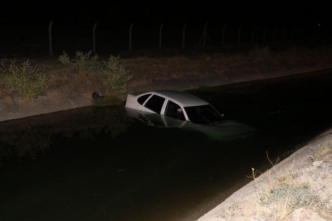 Karaman'da su kanalına düşen araçtaki 2 kişi kendi imkanlarıyla kurtuldu
