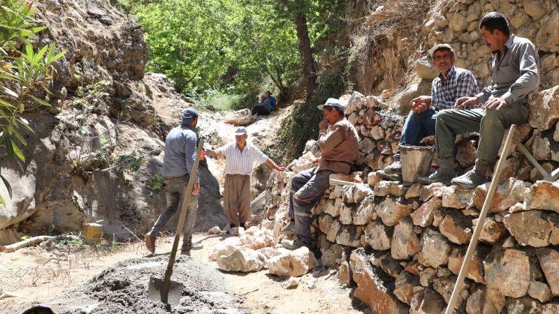 Karaman'da doğa harikası şelaleye köylüler imece usulü yol yapıyor