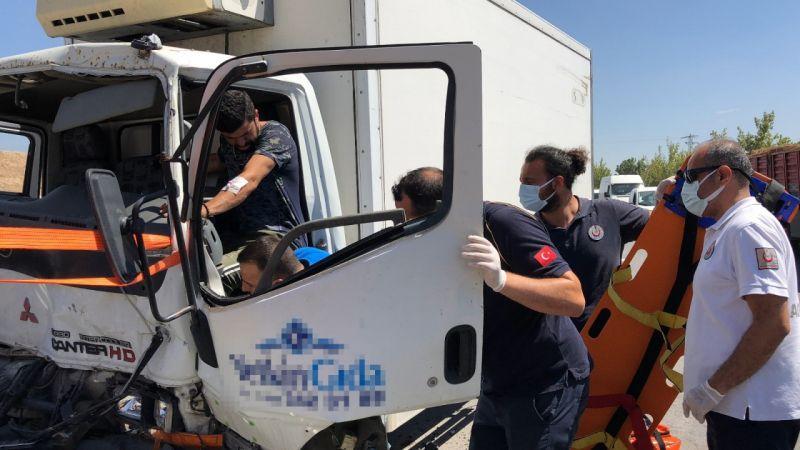 Kamyonette sıkışan sürücü çarptığı kepçenin yardımıyla kurtarıldı