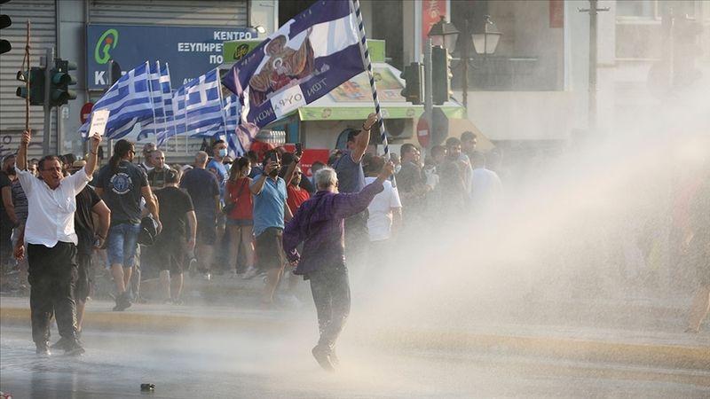 Yunanistan'da aşı karşıtları polisle çatıştı: Sokaklar karıştı!