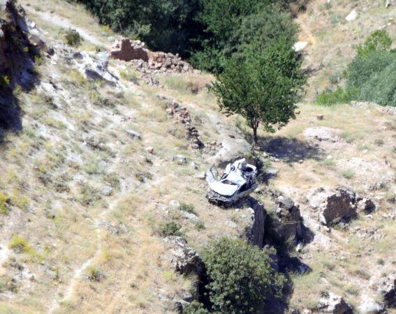 El frenini çekmeyi unutunca araç 330 metrelik vadiye düştü