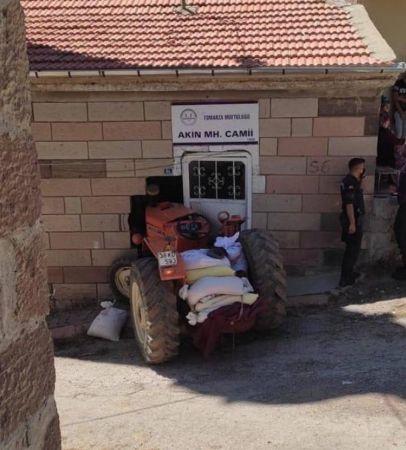 Traktörüyle cami duvarına çarpan sürücü öldü