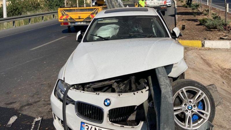 Bariyer demiri otomobili delip geçti: 3 yaralı