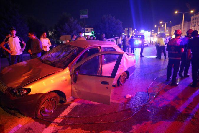 Sivas'ta otomobil çocuğa çarparak takla attı: 2 yaralı
