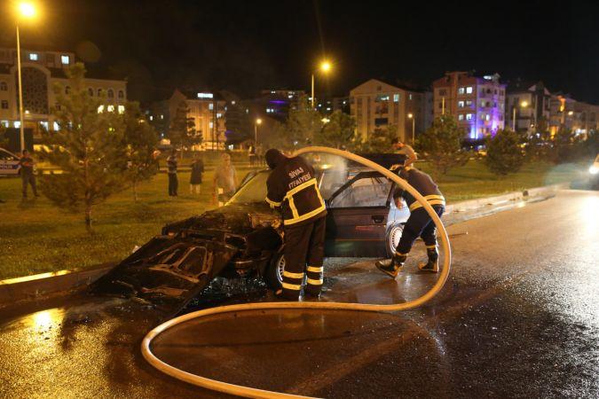 Sivas'ta seyir halindeki otomobil yandı