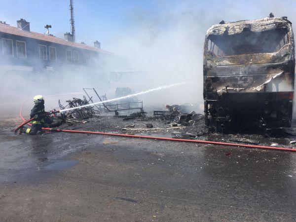 Hurda deposunda sökümü yapılan otobüs yandı