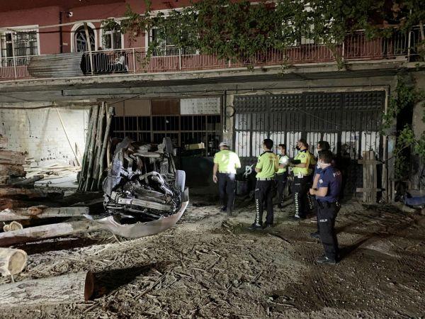 Otomobil takla atıp, tomruk yığınına çarptı: 1 ölü, 1 yaralı