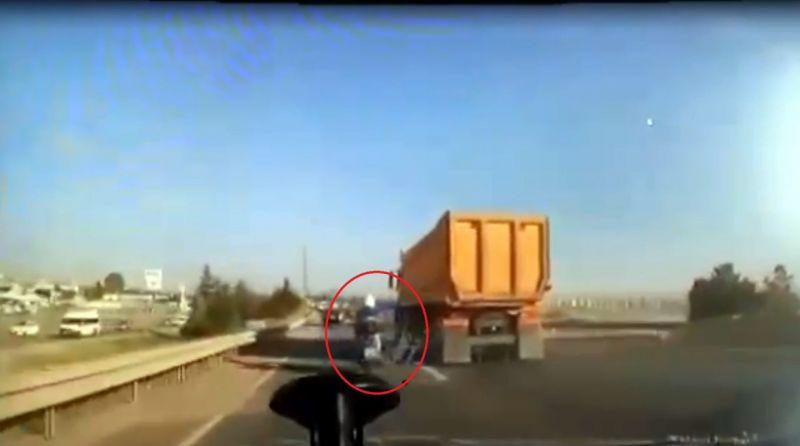 Trafikte tartışığı motosiklet sürücüsüne kamyonuyla çarpıp, kaçtı