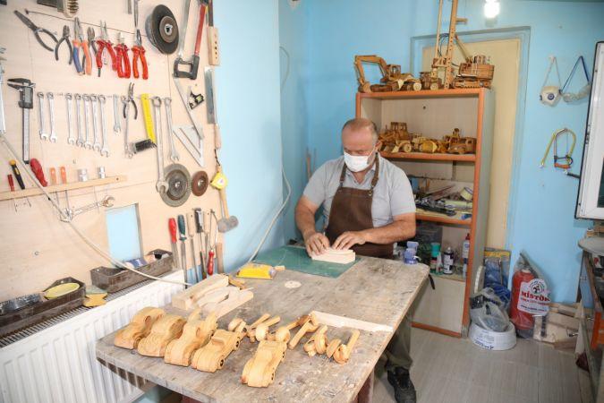 Emekli mühendis yaptığı ahşap oyuncakları şehit yakınları yararına derneğe bağışlıyor