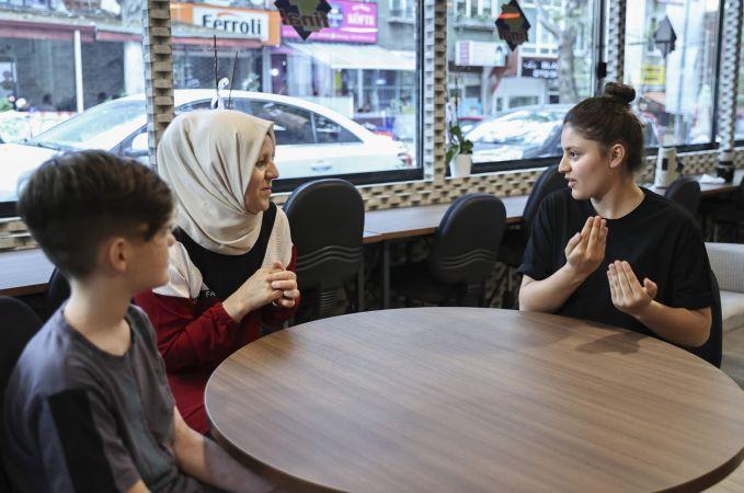 İşitme engelli üniversite adayları ile ailelerine işaret diliyle tercih desteği