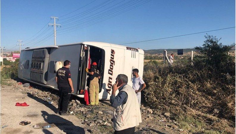 Uşak'ta yolcu otobüsü şarampole devrildi