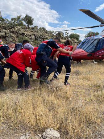 Türkiye Yamaç Paraşütü Şampiyonası'nda kayalık alana mecburi iniş yapan yarışmacı helikopterle kurtarıldı
