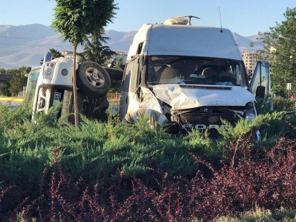 Konya'da kaza! minibüs ile kamyonet çarpıştı