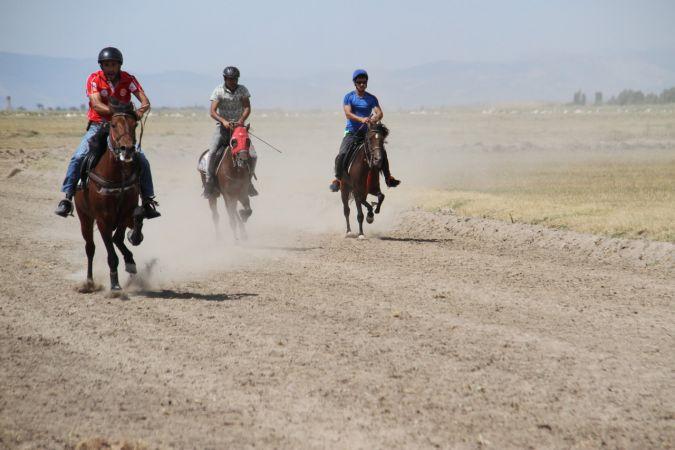 Beyşehir'de rahvan at yarışları heyecanı