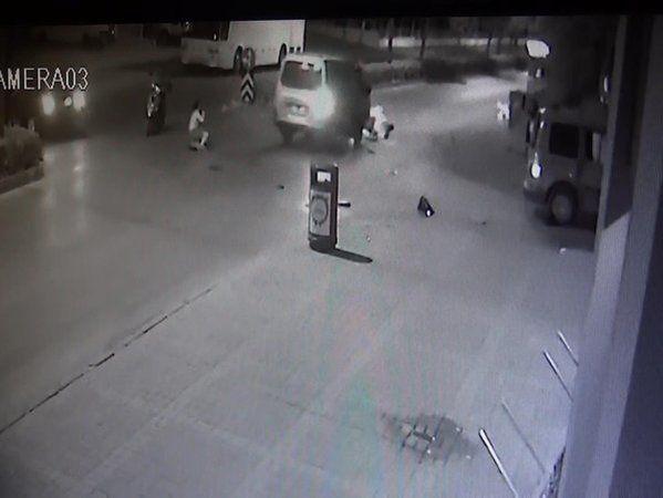 Kaza yapan sürücüye yardım edenlere minibüs çarptı