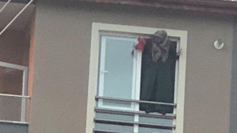 2 çocuk annesi, 5'inci kattaki evinin penceresine çıkıp intihara kalkıştı