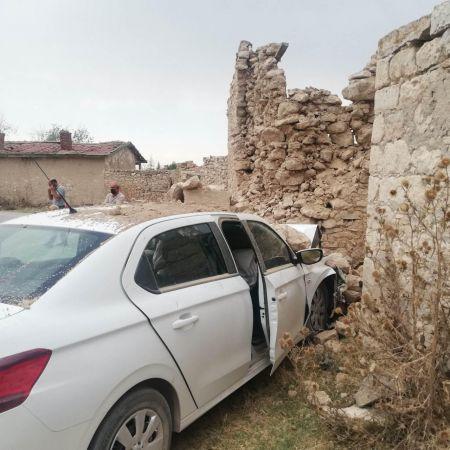 Kalp krizi geçiren sürücü, otomobille duvara çarpıp yaşamını yitirdi