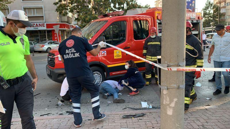 Kavşakta otomobiller çarpıştı: 1 ölü, 2 yaralı