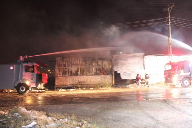 Yalıtım malzemesi bulunan iş yerinde korkutan yangın