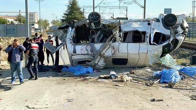 Son Dakika! Tren hemzemin geçitte minibüse çarptı: 6 ölü, 6 yaralı