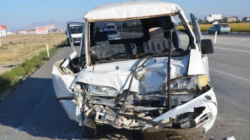 Ereğli'de minibüs tıra çarptı: 1 yaralı